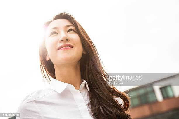 Jeune femme d'affaires dans le centre-ville de Séoul