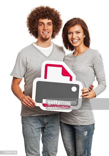 Lächelnd Junges Paar holding Drucker-Schild, isoliert auf weißem Hintergrund.