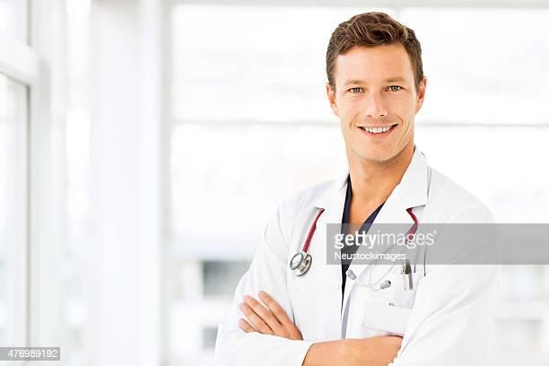 Lächelnd Junger Arzt im Krankenhaus