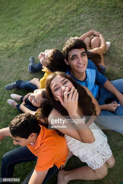 Lächelnde Junge Freunde