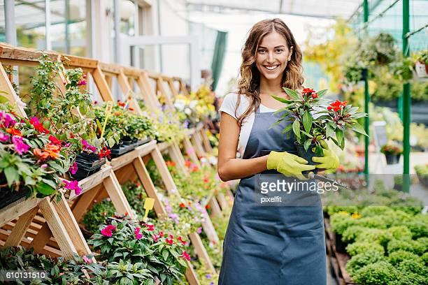 Lächelnder junge gardener