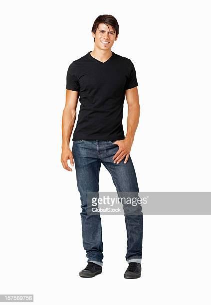 Sorridente casual jovem homem em uma posição contra branco