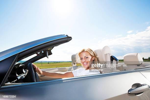 笑顔の若い女性が運転車