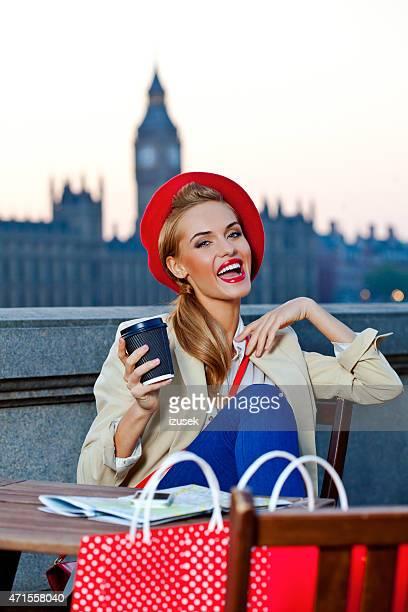 笑顔の若い女性の夕暮れ時のロンドン