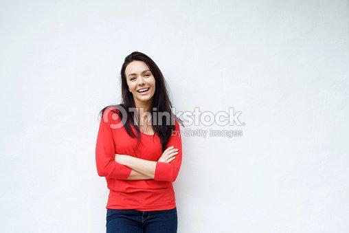 21beb928f Jovem mulher sorridente na Camisa vermelha contra o Fundo Branco a sorrir    Foto de stock