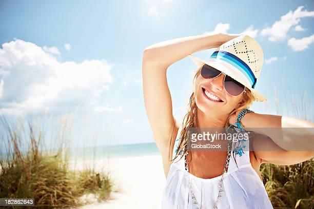 Un souriant jeune femme sur une plage ensoleillée
