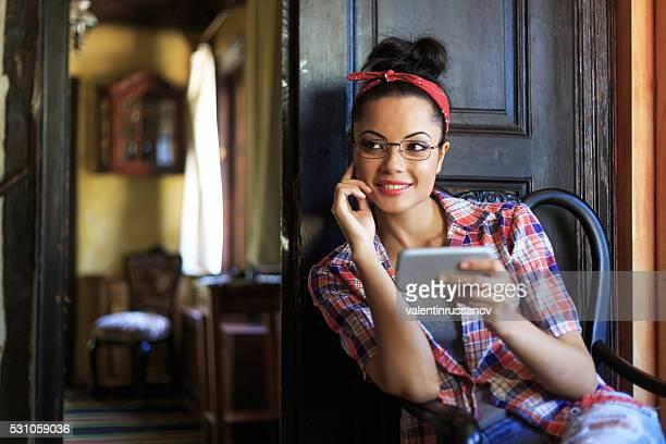 Lächelnde Junge Frau mit Stirnband