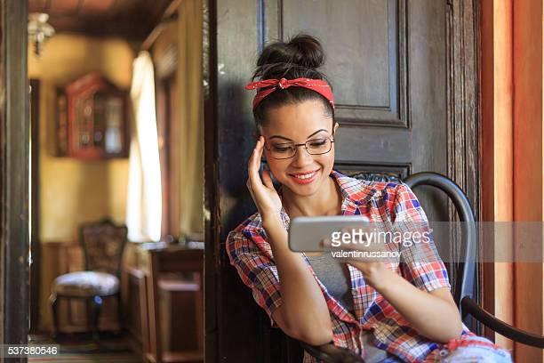 Lächelnde Junge Frau mit Stirnband sich wie zu Hause fühlen.