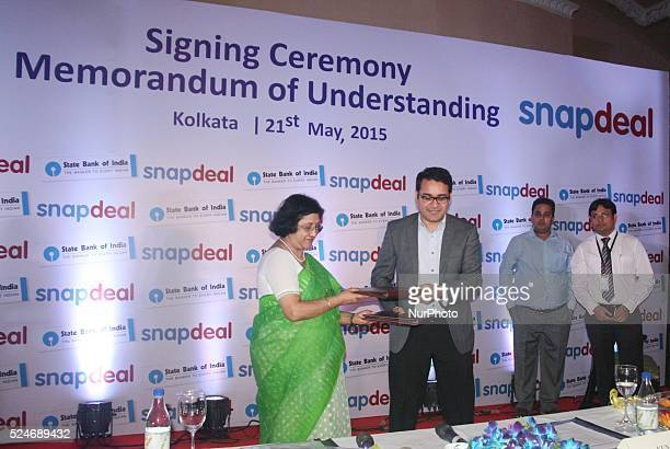 SmtArundhati BhattacharyyaChairman of State Bank of India and MrKunal BahlCEOSnapdeal during SBI enters into agreement with snapdeal for seller...