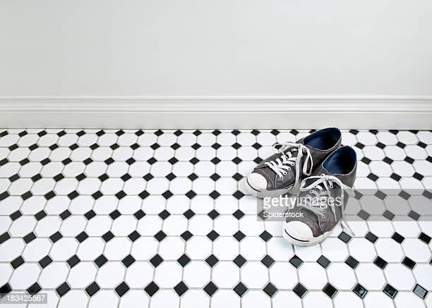 Sneakers auf Badezimmer-Etage