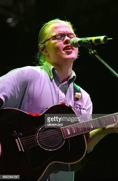 Sänger Angelo Kelly anlässlich des Benefizkonzertes für die Flutopfer auf dem Pariser Platz in Berlin