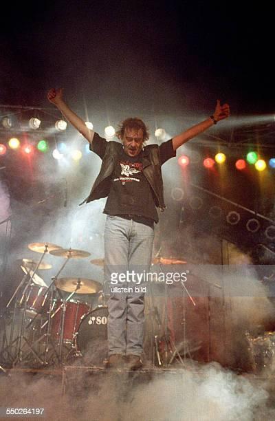 Sänger Dieter Birr macht einen Luftsprung anlässlich eines Konzertes in der Cottbuser Stadthalle