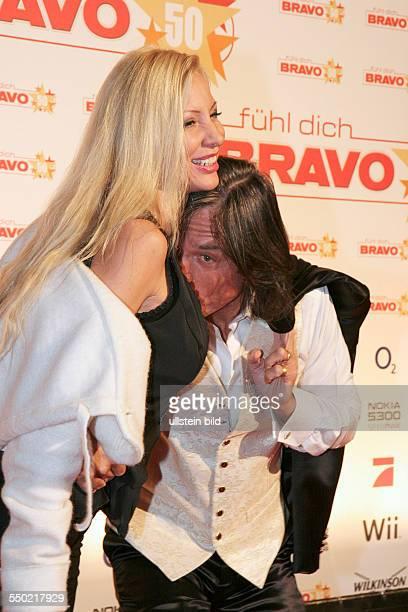 Sänger Jürgen Drews mit Ehefrau Ramona auf dem Roten anlässlich der BravoGeburtstagsshow in der Color Line Arena in Hamburg