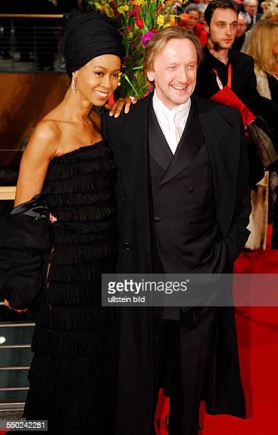 Sänger Marius Müllerwesternhagen und Ehefrau Romney während der Premiere des Film Shine A Light anlässlich der Eröffnung der 58 Internationalen...