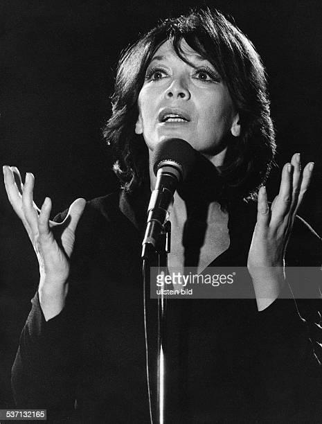 * Sängerin Schauspielerin Frankreich Porträt während eines Auftritts 1982