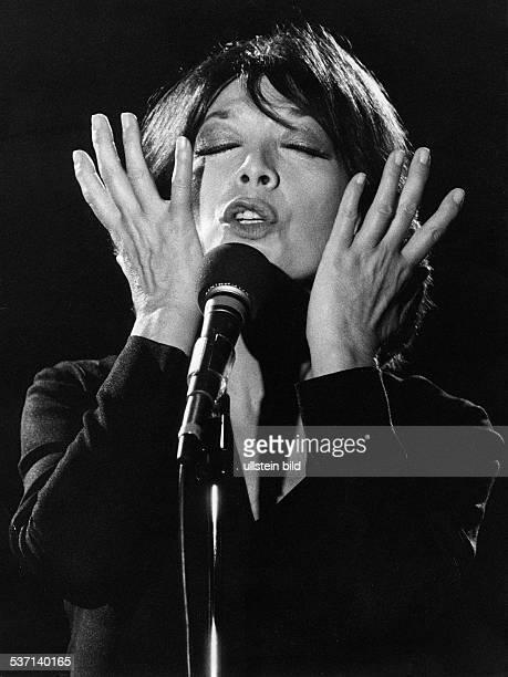 * Sängerin Schauspielerin Frankreich Porträt während eines Auftritts undatiert um 1980