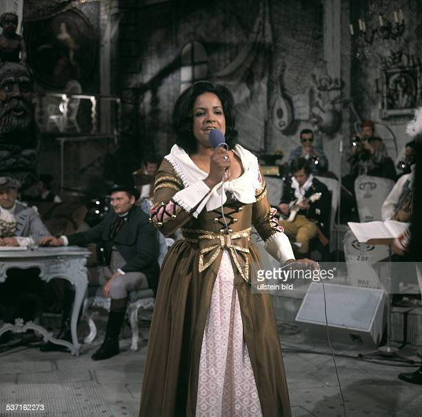 Sängerin Schauspielerin Trinidad singt bei einem Auftritt ohne Jahr