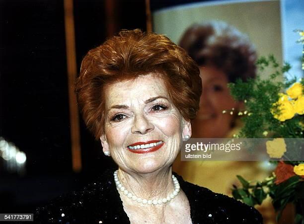 Sängerin SchweizPorträt mit Perlenkette 1998