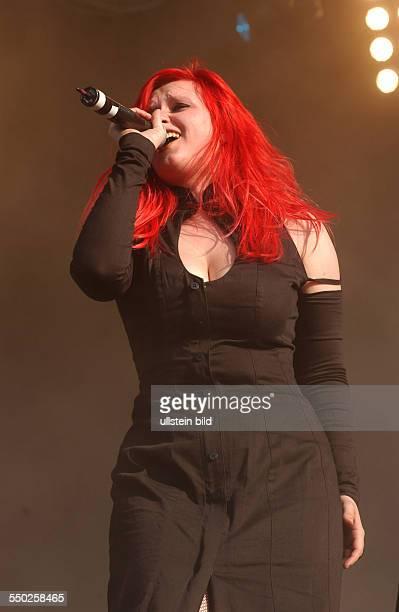 Sängerin Sonja Kraushofer während es Meral Luna Festivals in Hildesheim