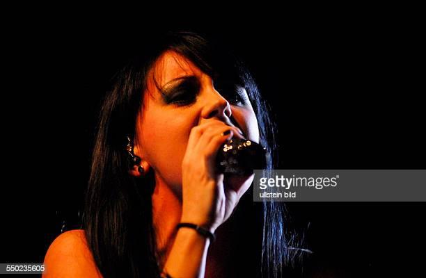 Sängerin Sotiria Ria Schenk während eines Konzertes im ClolumbiaClub in Berlin