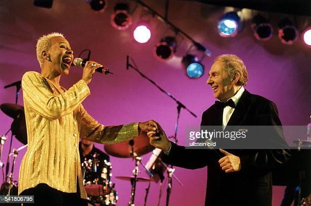 Sängerin USA auf der Bühne zusammen mit HaraldJuhnke