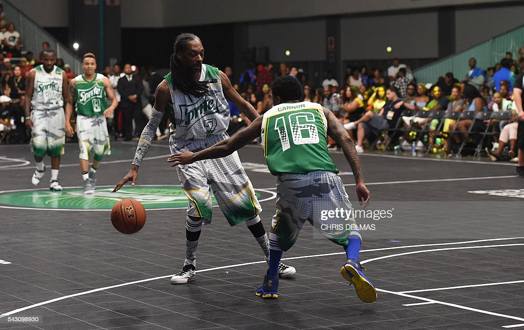 Snoop Dogg (L) and Nick Cannon participate in the Celebrity Basketball Game at BET Experience at the Convention Center in Los Angeles, on June 25, 2016. / AFP / CHRIS