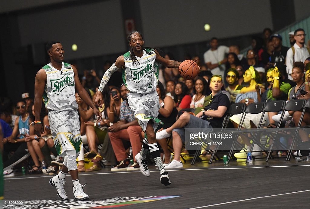 Snoop Dogg (R) participates in the Celebrity Basketball Game at BET Experience at the Convention Center in Los Angeles, on June 25, 2016. / AFP / CHRIS