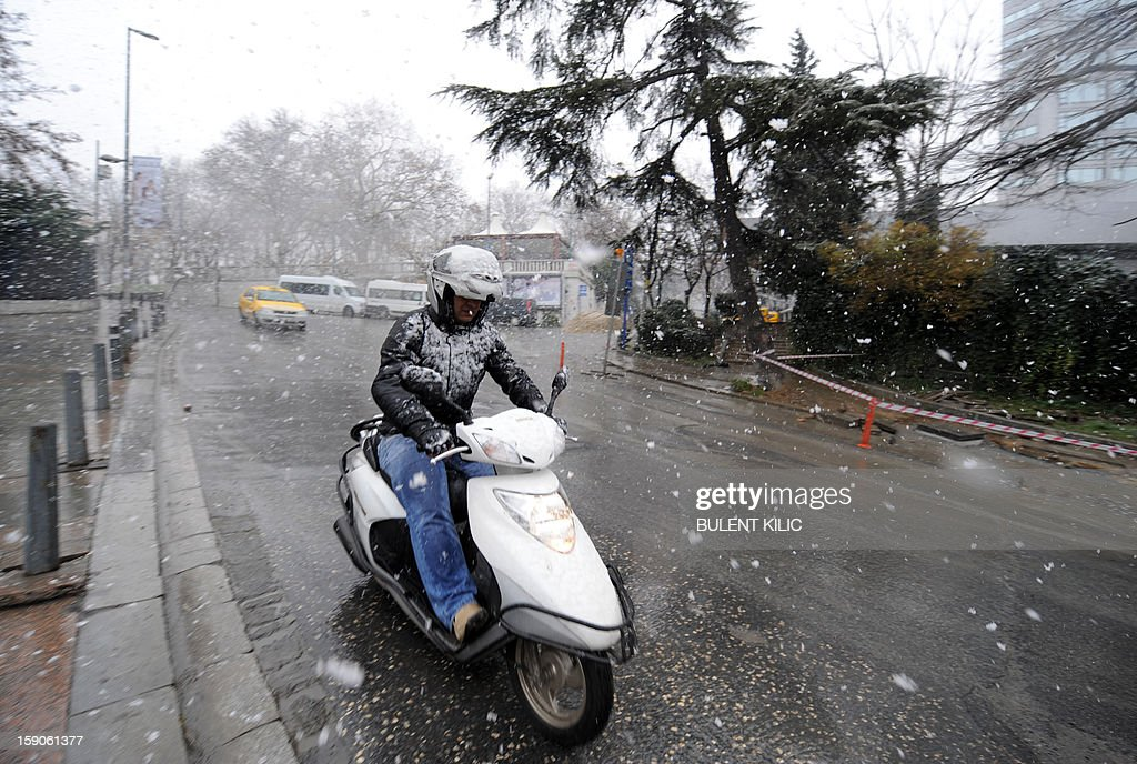 Snow falls during a traffic jam in Istanbul, on January 7, 2013. Heavy snowfall blanketed Turkey's commercial hub Istanbul, a city of 15 million, paralysing daily life, disrupting air traffic and land transport. Officials said the snow is expected to continue until late tomorrow, according to the weather forecast. AFP PHOTO / BULENT KILIC