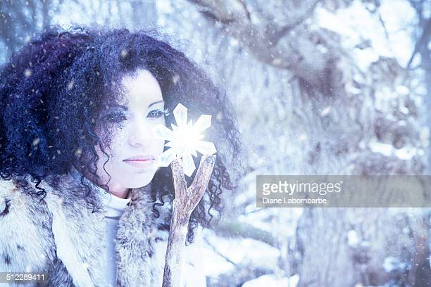 Jeune fille de neige et de cristaux dans une tempête de neige