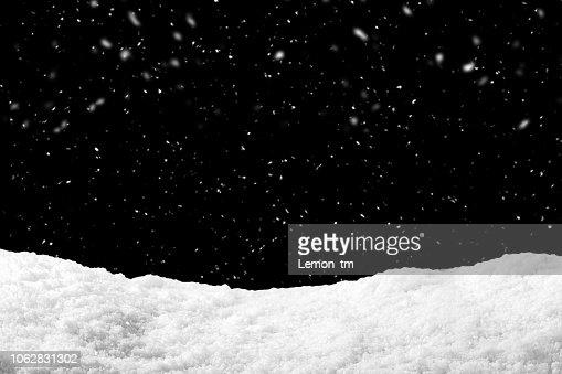 Schnee auf schwarzem Hintergrund mit Schneefall. Schneewehe Kulisse in der Wintersaison. : Stock-Foto