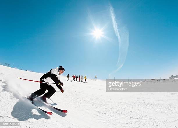 Skieur-sculpture sur neige