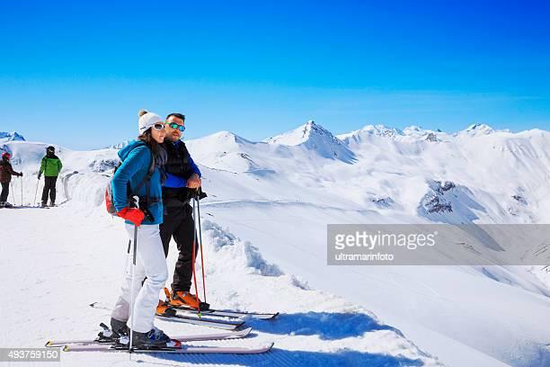Neige skieur couple Profitez du magnifique paysage de neige en hiver