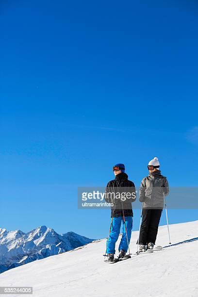 Des skieurs de ski couple ados Garçon et fille profiter
