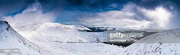 Weißer Schnee Sturm Dramatischer Himmel der Wildnis walisische Landschaft panorama UK
