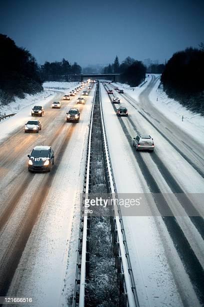 Schneebedeckte highway in der Dämmerung