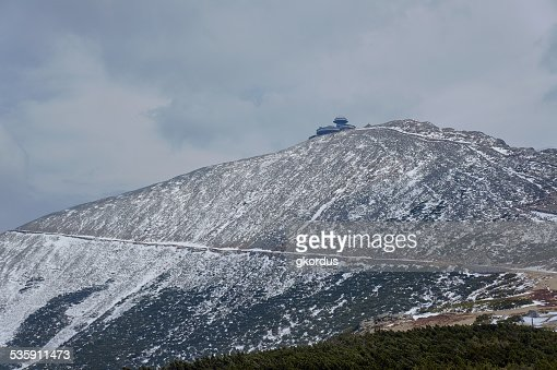 Snow-covered mountain slope and shelter : Stock Photo
