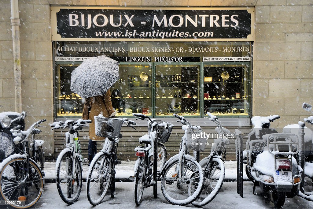 CONTENT] Snow-covered Paris still attracts window shoppers. A heavy December snow blankets the city.
