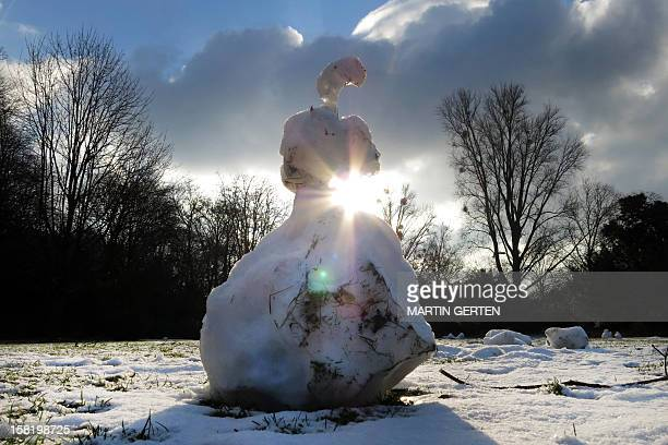 A snowman melts in a park in Duesseldorf western Germany on December 11 2012 Temperatures were slightly above the freezing point AFP PHOTO / MARTIN...