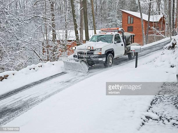 Schneepflug auf vereisten Straße