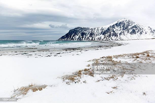 Spiaggia di neve in inverno sulle Isole Lofoten, Norvegia