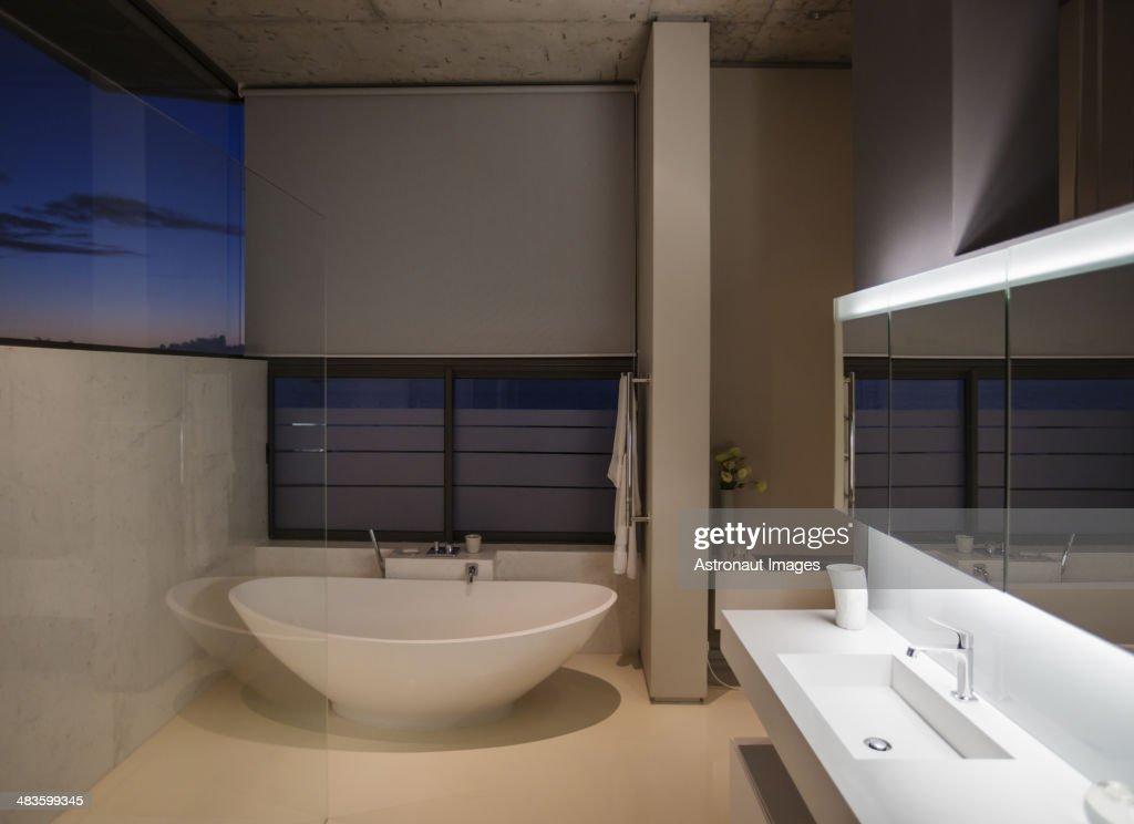 badewanne im modernen badezimmer stock foto getty images. Black Bedroom Furniture Sets. Home Design Ideas