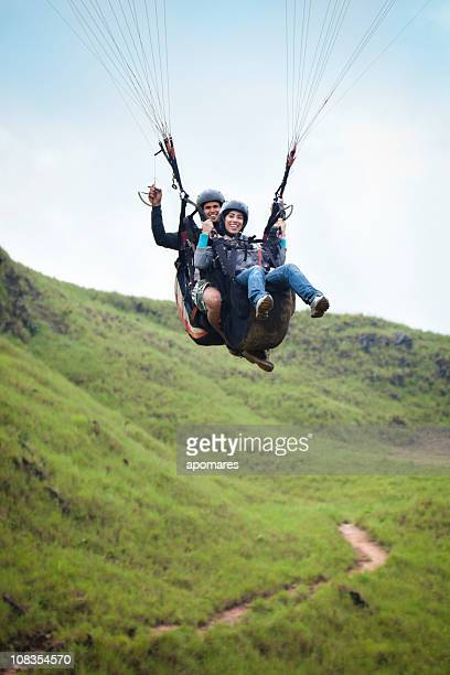 Junges Paar, die imposante-tandem-Gleitschirmfliegen
