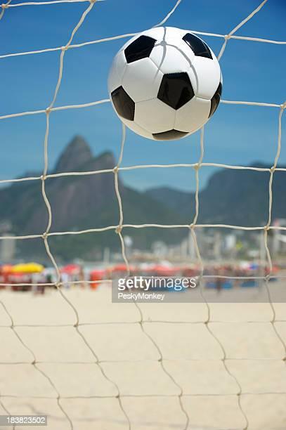 サッカーボールサッカーネットイパネマ海岸リオデジャネイロ州ブラジル