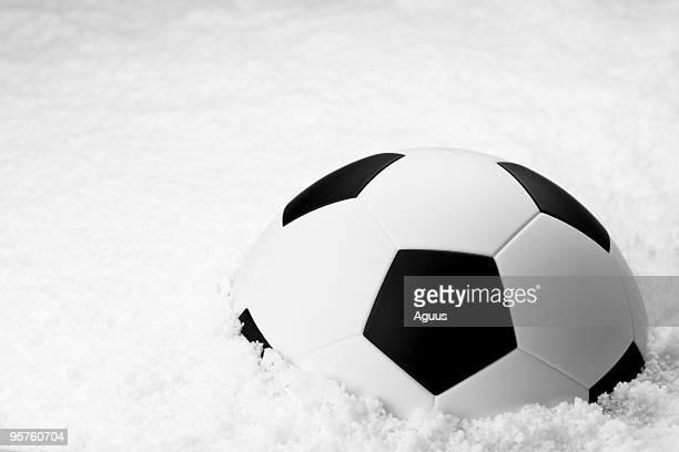 Pelota de fútbol en la nieve