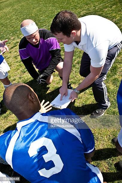 Soccer Coach erklären Strategie Team während des Time Out