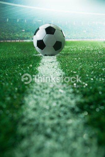 terrain de football avec ballon et lignes vue lat rale photo thinkstock. Black Bedroom Furniture Sets. Home Design Ideas