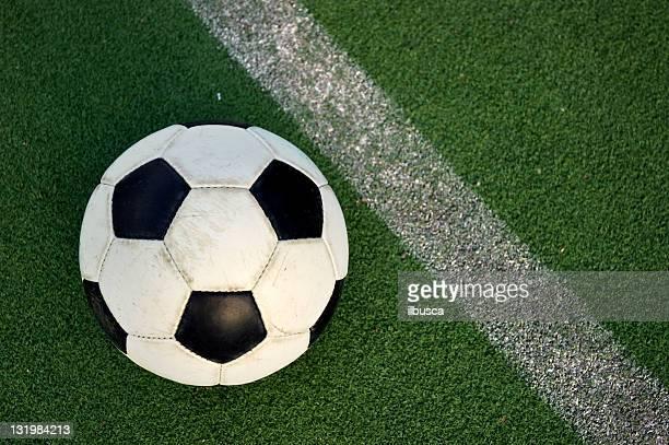 Pelota de fútbol fútbol en la hierba sintético