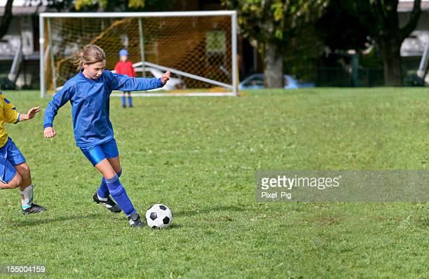 Chica de fútbol mantiene su oponente en la bahía
