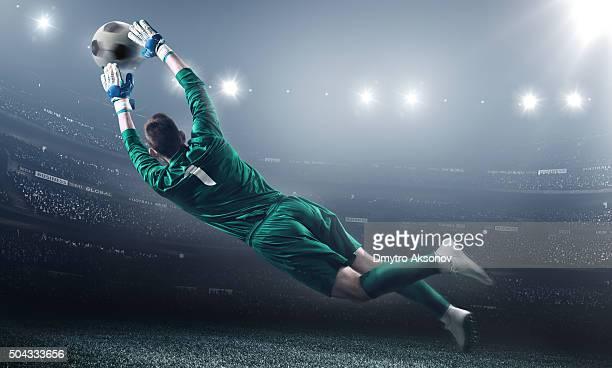 Gardien de but de football dans un saut