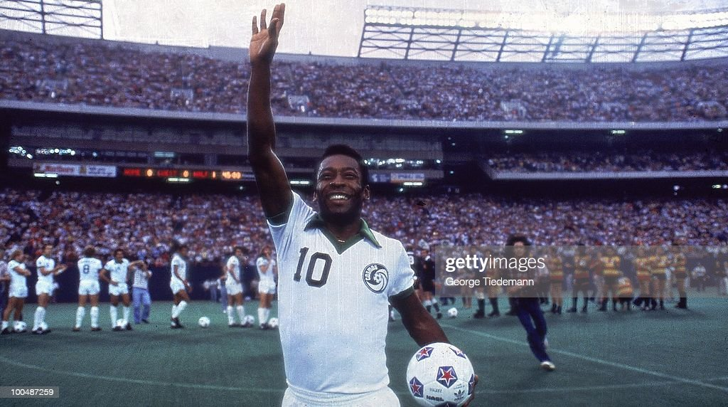 New York Cosmos Pele (10) waving to crowd before game vs Fort Lauderdale Strikers. East Rutherford, NJ 1/1/1977--9/30/1977